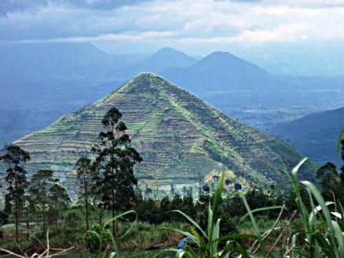 Piramid di Jawa barat